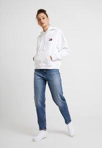 Tommy Jeans - BADGE HOODIE - Hoodie - classic white - 1