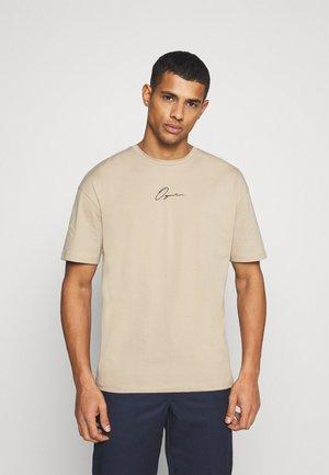 JORSCRIPTT TEE CREW NECK - T-shirt imprimé - crockery