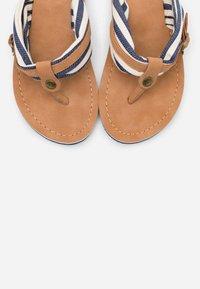 s.Oliver - SLIDES - Sandály s odděleným palcem - navy - 5