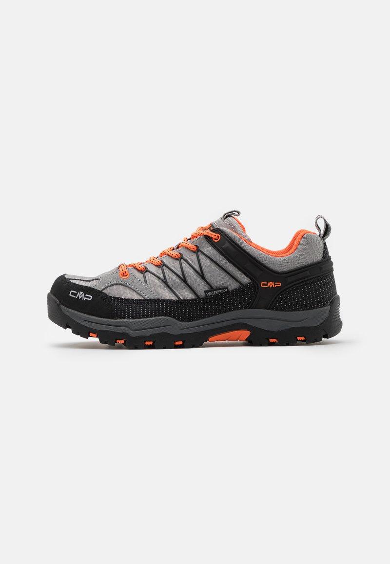 CMP - KIDS RIGEL TREKKING SHOE WP UNISEX - Hiking shoes - cemento/flash orange