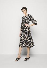 Marimekko - PEILAUS MURIKAT DRESS - Denní šaty - black/beige - 1