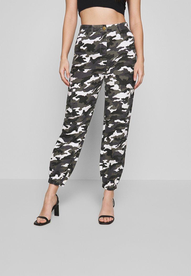 Missguided Petite - HIGH WAISTED CAMO CARGO TROUSERS - Pantaloni - grey