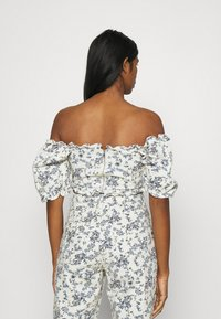 Missguided - FLORAL SQUARE PUFF SLEEVE - Print T-shirt - white - 2