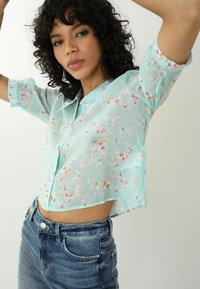 Pimkie - MIT BLUMENMUSTER - Button-down blouse - türkis - 0