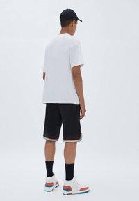 PULL&BEAR - BASKETBALL  SPACE JAM - Sports shorts - mottled black - 2