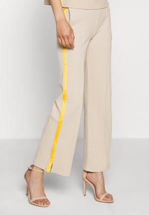 TEMPLE PANTS - Pantalones - sand/lemon curry