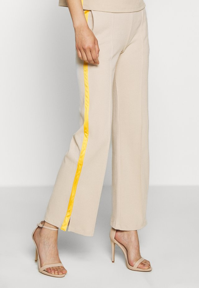 TEMPLE PANTS - Pantaloni - sand/lemon curry