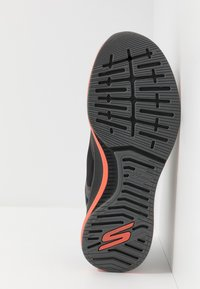 Skechers Performance - GO RUN PULSE - Laufschuh Neutral - black/orange - 4