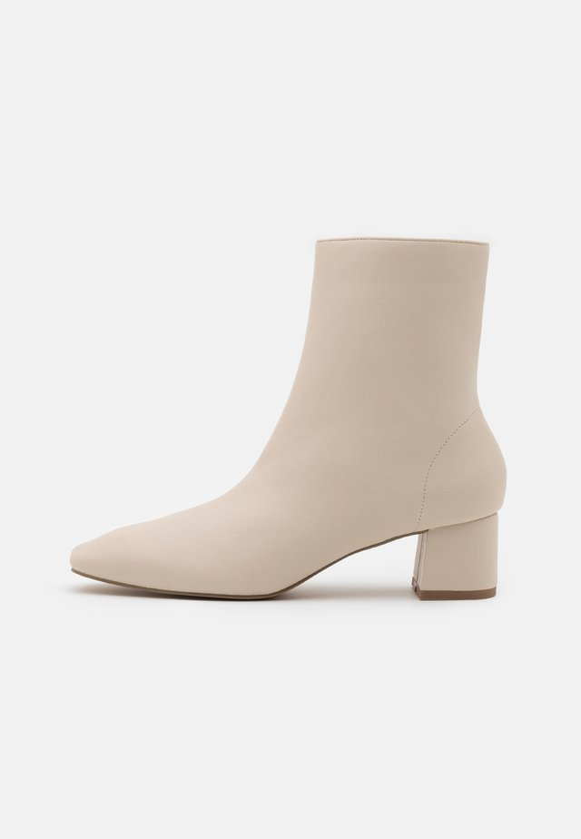 SQUARED SLANTED TOE LOW BOOTS - Korte laarzen - beige