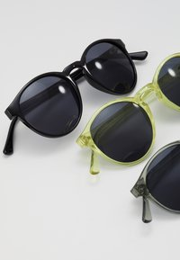Urban Classics - SUNGLASSES CYPRES 3 PACK - Sunglasses - black/light grey/yellow - 2