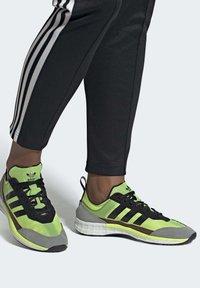 adidas Originals - SL 7200 SHOES - Trainers - black - 1