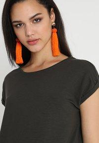 Vero Moda - Jednoduché triko - peat - 4