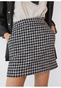 Mango - KOHOPINTAINEN GINGHAM-KUVIOINEN - Mini skirt - black - 3