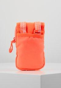 adidas Originals - MAP BAG - Taška spříčným popruhem - signal core - 3