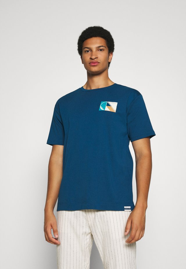 CLUB NOMADE TEE - T-shirt con stampa - petrol blue
