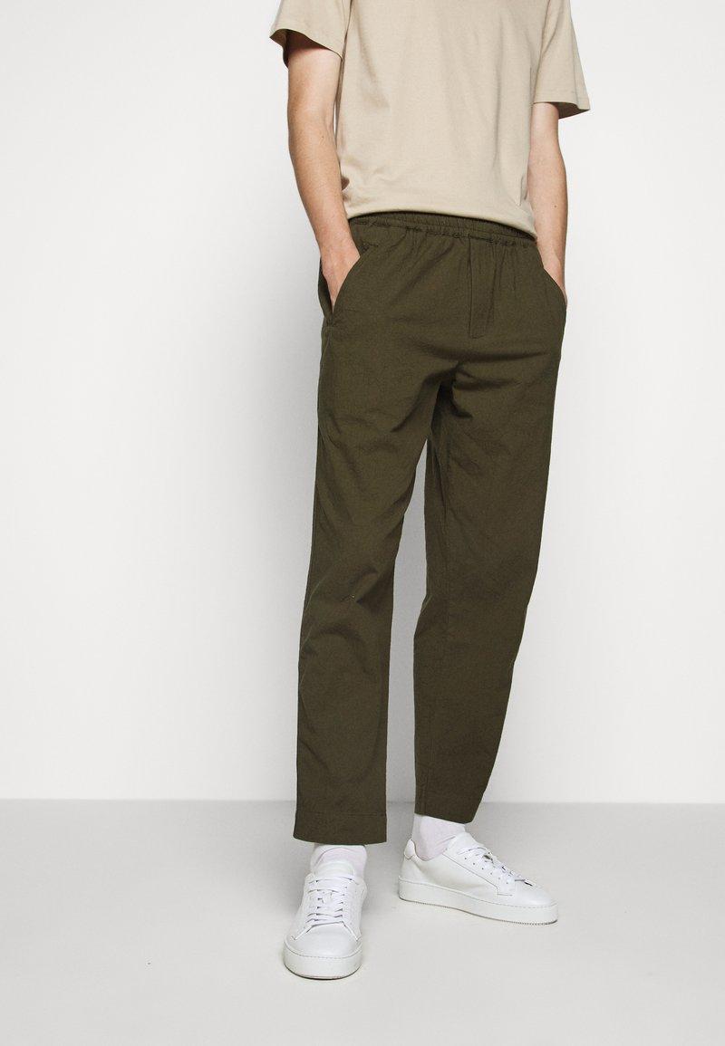Folk - DRAWCORD ASSEMBLY PANT - Kalhoty - olive
