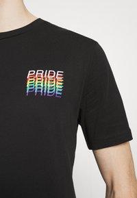 YOURTURN - PRIDE - Print T-shirt - black - 5