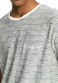 Quiksilver - KENTIN - Print T-shirt - kentin antique white - 4