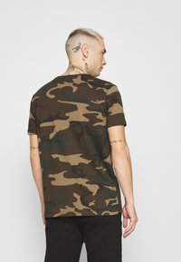Alpha Industries - T-shirt z nadrukiem - mottley green - 2