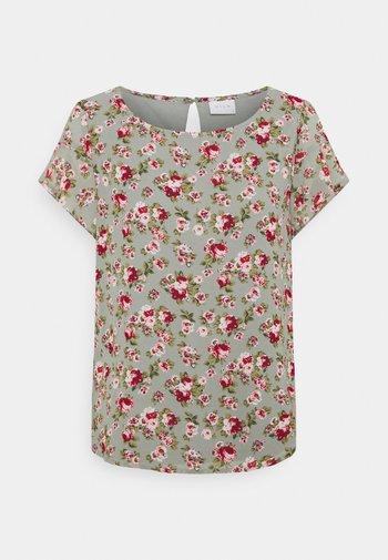 VIMILINA FLOWER - T-shirt med print - green milieu/red/pink