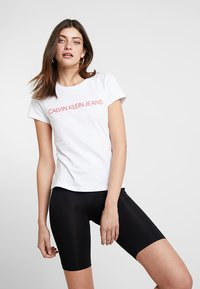 Calvin Klein Jeans - INSTITUTIONAL LOGO SLIM FIT TEE - T-shirts print - bright white/barbados cherry - 0