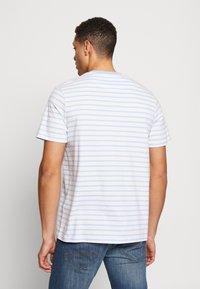 Lyle & Scott - BRETON STRIPE  - T-shirt med print - pool blue/ white - 2