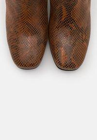 Pinko - LAETITIA STIVALE - Over-the-knee boots - marrone - 6