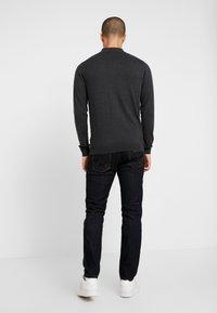 Wrangler - LARSTON - Slim fit jeans - dark rinse - 2