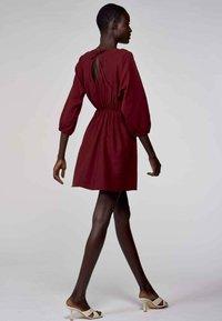 Astrid Black Label - Korte jurk - bordeaux - 1