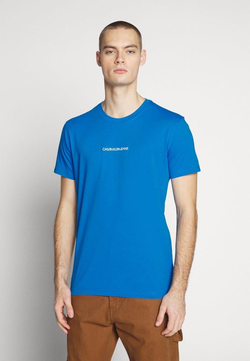 Calvin Klein Jeans - INSTIT CHEST TEE - Print T-shirt - coastal blue