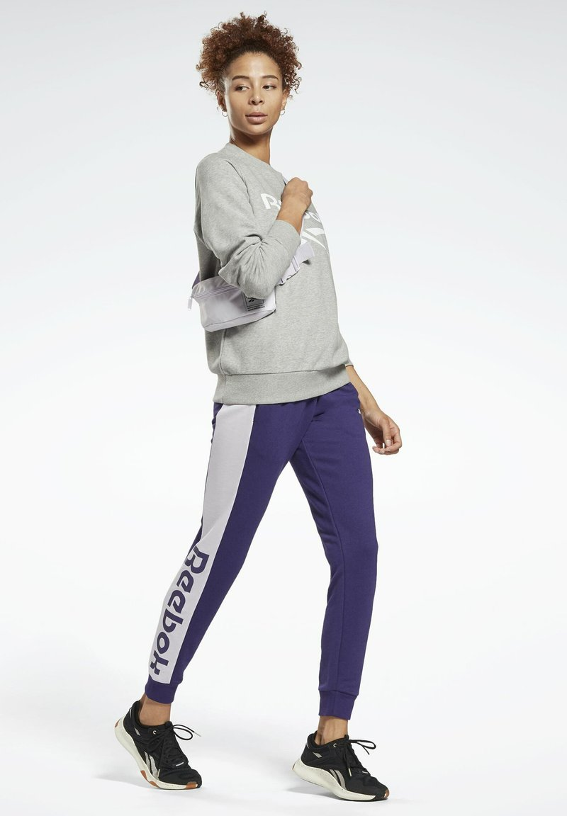 Reebok - LINEAR LOGO FRENCH TERRY JOGGERS - Tracksuit bottoms - purple
