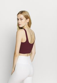Nike Performance - YOGA LUXE CROP TANK - Sport BH - night maroon/team red - 2