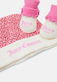 Juicy Couture - BABY LEOPARD HAT & BOOTIE SET - Muts - wild orchid - 2