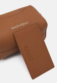 Valentino Bags - SUPERMAN - Wash bag - cognac - 4