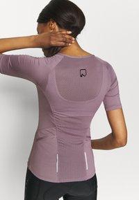 ONLY Play - ONPPERFORMANCE BIKE - T-Shirt print - elderberry - 3