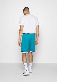 Mitchell & Ness - NBA SWINGMAN SHORTS HORNETS - Sports shorts - teal - 2