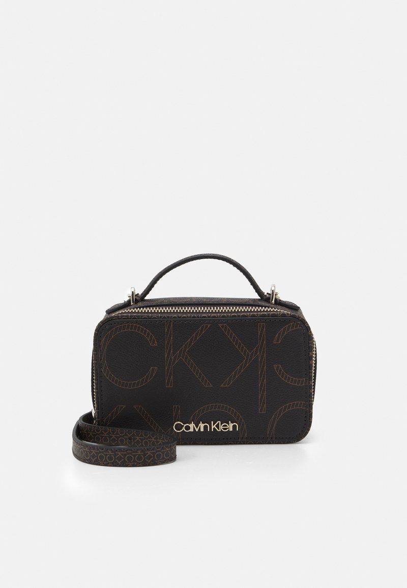 Calvin Klein - CAMERA BAG - Skulderveske - brown