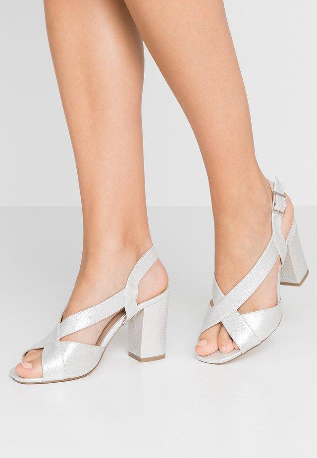 HIBISCUS WIDE FIT - Korolliset sandaalit - silver