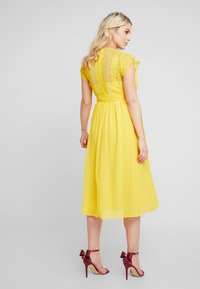 TFNC Maternity - EXCLUSIVE FINLEY MIDI DRESS - Cocktail dress / Party dress - spectra yellow - 3