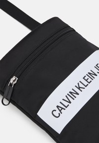Calvin Klein Jeans - MICRO FLATPACK UNISEX - Across body bag - black - 3