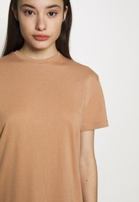 Missguided Petite - BASIC TSHIRT DRESS 2 PACK - Žerzejové šaty - black/tan - 5