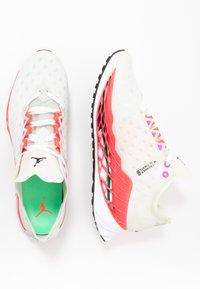 Jordan - ZOOM TRUNNER ULTIMATE - Scarpe da basket - white/black/flash crimson/spruce aura/hyper violet/electro green - 1