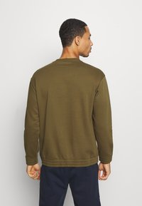Champion - LEGACY HERITAGE TECH CREWNECK - Sweatshirt - olive - 2