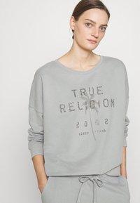 True Religion - BOXY CREW NECK PALM TREE - Mikina - frost - 3
