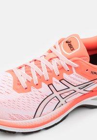 ASICS - GEL KAYANO 27 TOKYO - Stabilní běžecké boty - white/sunrise red - 5