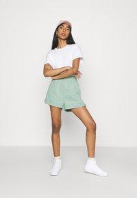 Nike Sportswear - FEMME - Short - steam/white - 1