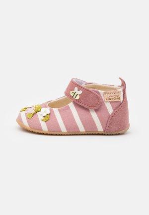 BÄR ERDBEERE - Baby shoes - malve