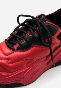 Just Cavalli - CONTRAST LOGO - Baskets basses - grenadine red - 5