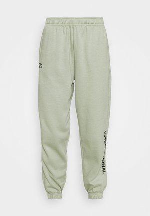 INTERNATIONAL SLOGAN JOGGER - Teplákové kalhoty - sage