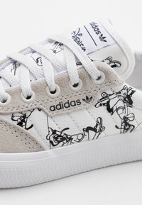 adidas Originals - 3MC X DISNEY SPORT GOOFY UNISEX - Joggesko - crystal white/footwear white/core black - 5